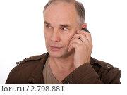 Мужчина, говорящий по телефону, на белом фоне. Стоковое фото, фотограф Svetlana Mihailova / Фотобанк Лори