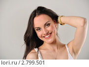 Красивая смеющаяся девушка с длинными волосами. Стоковое фото, фотограф Алёшина Оксана / Фотобанк Лори