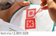 Купить «Вышивка геометрического орнамента красной нитью», видеоролик № 2801029, снято 16 сентября 2011 г. (c) Милана Харитонова / Фотобанк Лори