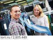Купить «Молодая пара в магазине одежды», фото № 2805449, снято 9 декабря 2019 г. (c) Дмитрий Калиновский / Фотобанк Лори