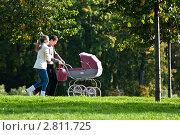 Родители с коляской в парке (2011 год). Редакционное фото, фотограф Иван Губанов / Фотобанк Лори
