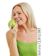 Купить «Красивая девушка с зеленым яблоком», фото № 2812081, снято 2 сентября 2010 г. (c) Иван Михайлов / Фотобанк Лори