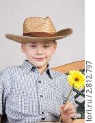 Портрет мальчика в шляпе с цветком. Стоковое фото, фотограф Евгения Шийка / Фотобанк Лори