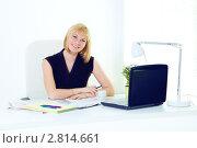 Купить «Очаровательная бизнес-леди за рабочим столом с чашкой кофе во время перерыва в офисе», фото № 2814661, снято 12 мая 2011 г. (c) Ольга Красавина / Фотобанк Лори