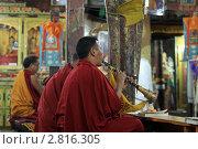 Монахи-буддисты исполняют ритуальную музыку и читают мантры в храме (2011 год). Редакционное фото, фотограф Татьяна Белова / Фотобанк Лори