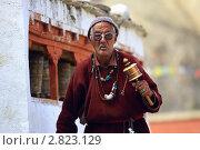 Купить «Пожилой мужчина с ручным молитвенным барабаном. Ладакх», эксклюзивное фото № 2823129, снято 10 сентября 2011 г. (c) Татьяна Белова / Фотобанк Лори