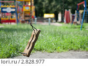 Сломанные качели. Стоковое фото, фотограф Татьяна Малинич / Фотобанк Лори