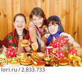Купить «Женщины едят блины во время масленицы», фото № 2833733, снято 6 марта 2011 г. (c) Яков Филимонов / Фотобанк Лори