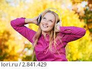 Купить «Красивая девушка с наушниками в парке», фото № 2841429, снято 3 августа 2020 г. (c) Дмитрий Калиновский / Фотобанк Лори