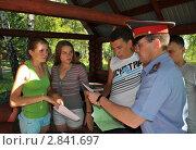 Купить «Полицейский с подростками», эксклюзивное фото № 2841697, снято 16 августа 2011 г. (c) Free Wind / Фотобанк Лори