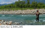 Ловля рыбы спиннингом. Стоковое видео, видеограф Андрей Воскресенский / Фотобанк Лори