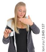 Купить «Девушка читает ПИН-код банковской карты, записанный на ладони», фото № 2849137, снято 2 октября 2011 г. (c) Валерий Александрович / Фотобанк Лори