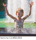 Купить «Мальчик купается в фонтане на набережной Комсомольска-на-Амуре в жаркий летний день», фото № 2850093, снято 15 июля 2011 г. (c) Сергей Гусев / Фотобанк Лори