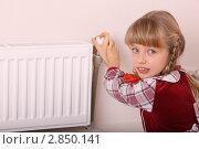 Купить «Девочка хочет включить сильнее отопление. Кризис тепла.», фото № 2850141, снято 8 декабря 2019 г. (c) Gennadiy Poznyakov / Фотобанк Лори