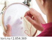 Купить «Женщина вышивает», фото № 2854369, снято 5 октября 2011 г. (c) Сергей Прищепа / Фотобанк Лори