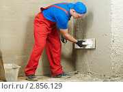 Купить «Штукатур на работе», фото № 2856129, снято 9 марта 2019 г. (c) Дмитрий Калиновский / Фотобанк Лори