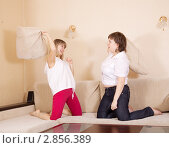 Купить «Две девушки дерутся подушками на диване», фото № 2856389, снято 27 марта 2011 г. (c) Яков Филимонов / Фотобанк Лори