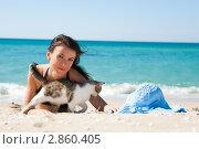 Девушка на пляже с котенком. Стоковое фото, фотограф Анна Лисовская / Фотобанк Лори