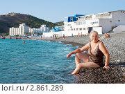 Купить «Пенсионерка на пляже осенью», фото № 2861289, снято 23 сентября 2011 г. (c) Александр Романов / Фотобанк Лори