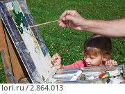 Купить «Девочка помогает художнику писать картину», фото № 2864013, снято 1 сентября 2009 г. (c) Losevsky Pavel / Фотобанк Лори