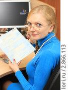 Купить «Бухгалтер с больничным листом в руках», фото № 2866113, снято 13 октября 2011 г. (c) Надежда Глазова / Фотобанк Лори
