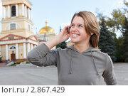 Купить «Девушка разговаривает по мобильному телефону», фото № 2867429, снято 17 сентября 2011 г. (c) Кекяляйнен Андрей / Фотобанк Лори