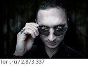 Купить «Портрет мужчины в образе вампира или оборотня. Хэллоуин. Демонические глаза, взгляд», фото № 2873337, снято 6 декабря 2019 г. (c) katalinks / Фотобанк Лори