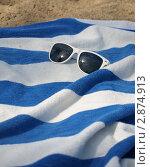 Очки и полосатое полотенце на песке. Стоковое фото, фотограф Королькова Татьяна Викторовна / Фотобанк Лори