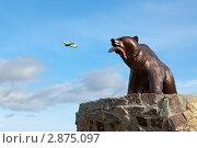 """Купить «Медведь с рыбой в зубах на фоне летящего самолета. Фрагмент скульптуры """"Медведица с медвежонком"""" (Камчатка, город Елизово)», эксклюзивное фото № 2875097, снято 14 октября 2011 г. (c) А. А. Пирагис / Фотобанк Лори"""