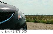 Купить «Сломанный автомобиль мигает фарой», видеоролик № 2878505, снято 18 августа 2011 г. (c) Павел Коновалов / Фотобанк Лори