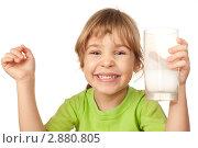 Купить «Веселая девочка со стаканом молока», фото № 2880805, снято 27 мая 2018 г. (c) Losevsky Pavel / Фотобанк Лори