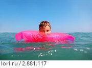 Купить «Мальчик в море на надувном матрасе», фото № 2881117, снято 20 июля 2010 г. (c) Losevsky Pavel / Фотобанк Лори