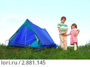 Купить «Дети стоят возле  походной палатки на фоне голубого неба», фото № 2881145, снято 22 июля 2019 г. (c) Losevsky Pavel / Фотобанк Лори