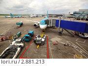Купить «Авиалайнер на стоянке в аэропорту. Посадки пассажиров через телескопи́ческий трап», фото № 2881213, снято 13 июня 2010 г. (c) Losevsky Pavel / Фотобанк Лори