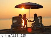 Молодая семья на пляже на закате. Стоковое фото, фотограф Losevsky Pavel / Фотобанк Лори
