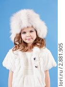 Красивая девочка в белой шапке улыбается. Стоковое фото, фотограф Марина Теплякова / Фотобанк Лори