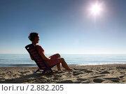 Купить «Женщина в шезлонге на пляже», фото № 2882205, снято 30 июля 2010 г. (c) Losevsky Pavel / Фотобанк Лори
