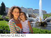 Купить «Мама с дочкой в Петергофе, Санкт-Петербург, Россия», фото № 2882421, снято 21 мая 2010 г. (c) Losevsky Pavel / Фотобанк Лори