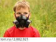 Купить «Мальчик на летнем лугу в респираторе», фото № 2882921, снято 3 июля 2010 г. (c) Losevsky Pavel / Фотобанк Лори
