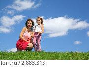 Купить «Мама с дочкой на природе», фото № 2883313, снято 6 июня 2010 г. (c) Losevsky Pavel / Фотобанк Лори