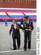 Купить «Солдат в парадной форме помогает пожилому ветерану. Красная площадь, Москва», фото № 2883489, снято 6 мая 2010 г. (c) Losevsky Pavel / Фотобанк Лори