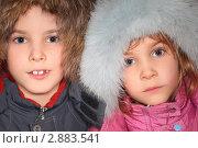 Портрет мальчика и девочки  в больших меховых капюшонах, фото № 2883541, снято 26 сентября 2017 г. (c) Losevsky Pavel / Фотобанк Лори