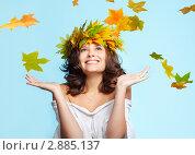 Купить «Девушка с кленовым венком на голове ловит падающие листья», фото № 2885137, снято 13 сентября 2011 г. (c) Serg Zastavkin / Фотобанк Лори