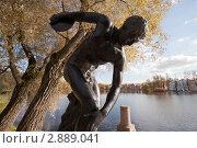 Купить «Дискобол в парке», фото № 2889041, снято 15 октября 2011 г. (c) Олег Трушечкин / Фотобанк Лори