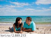 Влюбленная пара на пляже у моря. Стоковое фото, фотограф Анна Лисовская / Фотобанк Лори