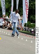 Купить «Спортсмен на роликовых коньках выполняет трюки», фото № 2894257, снято 23 июля 2011 г. (c) Андрей Правдивцев / Фотобанк Лори
