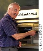 Купить «Пожилой мужчина у банкомата», фото № 2895337, снято 20 мая 2019 г. (c) Marina Appel / Фотобанк Лори