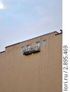 Стена дома с четырьмя окнами на фоне неба. Стоковое фото, фотограф Беляева Елена / Фотобанк Лори