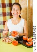Купить «Женщина готовит фаршированные помидоры», фото № 2897033, снято 14 ноября 2010 г. (c) Яков Филимонов / Фотобанк Лори