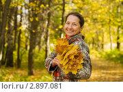 Счастливая женщина средних лет в осеннем парке. Стоковое фото, фотограф Яков Филимонов / Фотобанк Лори